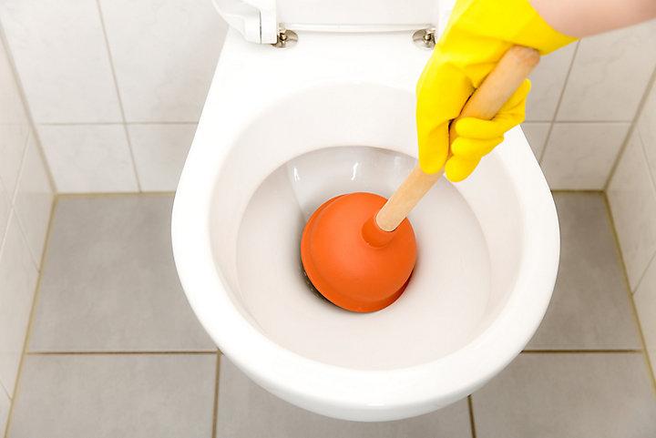 déboucher des toilettes